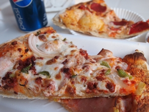 オアハカチーズたっぷりのメルカドのピザ