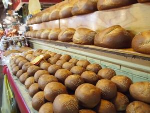 メルカドの出口でおいしそうなパンにつかまる