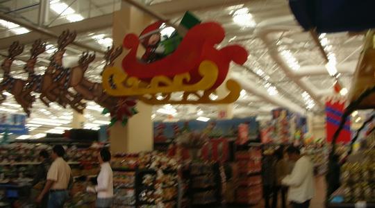 久しぶりのウォルマートはクリスマスムード。写真ぶれぶれ。。