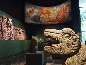 アステカやオアハカ、マヤなど様々な古代文明を展示
