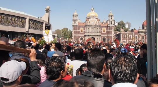 多くの参拝者でごった返すグアダルーペ寺院