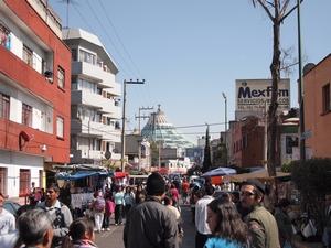 グアダルーペ寺院近くの道には屋台が並びお祭りムード満点