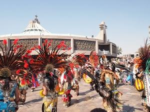 民族衣装を着た人々が踊るグアダルーペ聖母の大祭