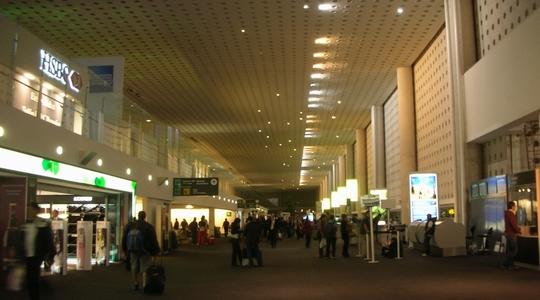 分かりづらいけど建物はきれいなメキシコシティのベニートフワレス空港
