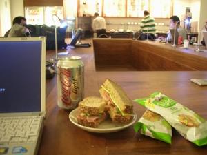 ベニートフワレス空港のラウンジで食べた無料サンドイッチ。かなりおいしい。