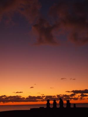夕陽に浮かぶモアイ