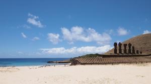 イースター島の白浜のビーチ。モアイ付き