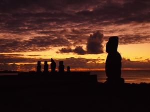 一面がオレンジ色に染まる夕暮れのイースター島