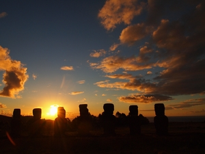 夕陽に染まるアフ・アキビとイースター島の空と海