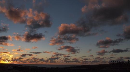 朝日が昇りだすイースター島のアフ・トンガリキ