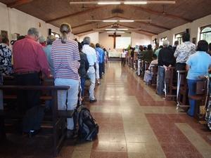 ミサの日は島民で満員のイースター島の教会