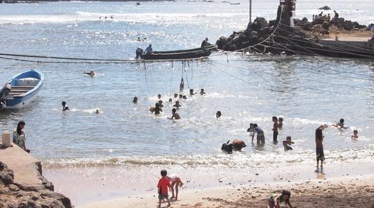 イースター島のダイビングショップ前の砂浜