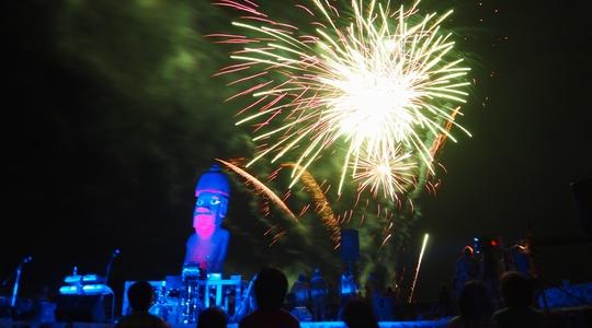 イースター島の年越しイベント。今年は10年ぶりに花火があがった