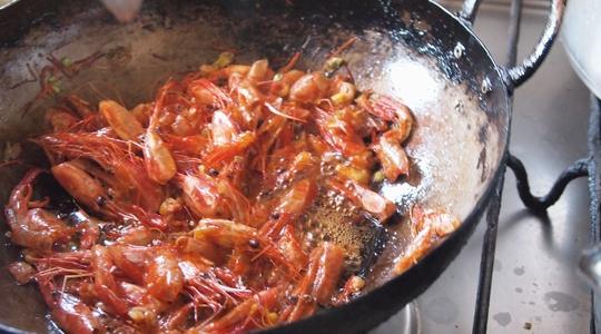 シェフ村上によるビーニャのエビの特性中華炒め