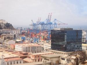 バルパライソのクラシックな街並みと港