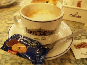カフェ・トルトーニでカフェとクロワッサンをオーダー
