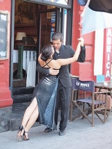 ボカ地区のレストランの店先ではタンゴが踊られる