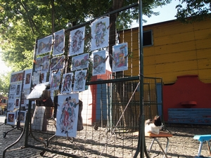 ボカ地区の露店ギャラリーではネコが店番