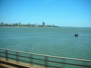 ブエノスアイレスからの夜行バスはやっとのことでアルゼンチンとパラグアイの国境の川を越える