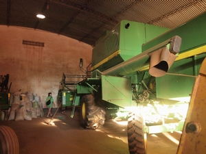 広大な農地で活躍するとにかく巨大な農機具