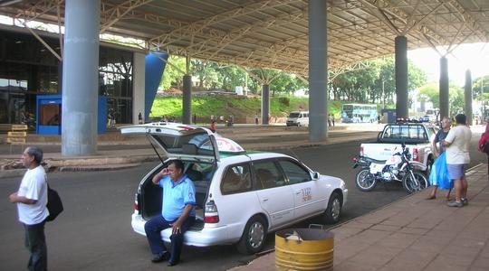 パラグアイとブラジルの国境(パラグアイ側)。まずはパラグアイを出国
