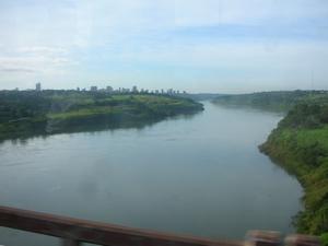 友情の橋を渡り、パラグアイからブラジルへ