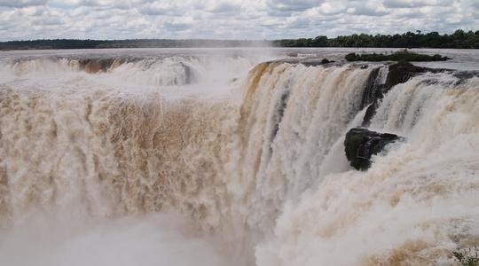 ものすごい轟音と濁流 イグアスの滝アルゼンチン側