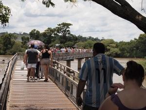 イグアスの滝は暑い。そして混んでいる