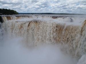 イグアスの滝 悪魔ののどぶえはものすごい量の水と轟音