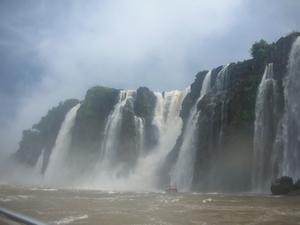 イグアスの滝突っ込むボートツアースタート