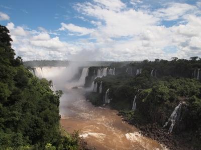 全体像を把握しつつ迫力も楽しめるのブラジル側イグアスの滝