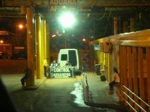 アルゼンチン入国のイミグレで荷物チェック。簡単にパス