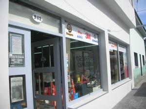 ウシュアイアの街で南極の準備。格安の防水ズボンが売っているお店
