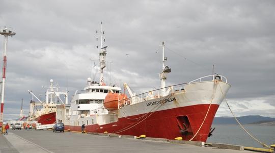 今回南極ツアーで11日間お世話になるAntarctic Dream号