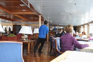 ドレーク海峡の大きな揺れでAntarctic Dream号の中は歩くのも大変