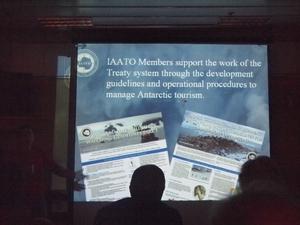 ドレーク海峡での南極上陸クルーズ船の中で開催される南極に関するレクチャー