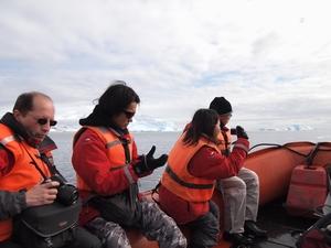 装備を身に着けゾディアックでランディング。南極上陸ツアーの醍醐味