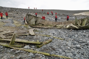 南極のHalf Moon Islandに打ち上げられた船