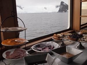 南極上陸クルーズ船、Antarctic Dream号の朝ごはんはビュッフェ形式