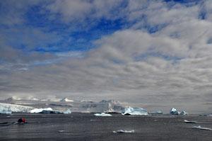 Cuverville Islandへの上陸を終えるとゾディアックで南極の流氷ツアーへ