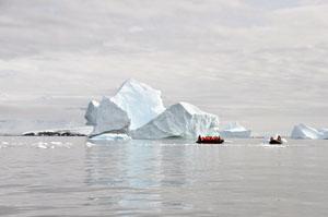 南極の海をゾディアックが進む南極流氷ツアー