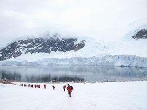 雄大な南極の山々とその間の巨大な氷河には圧巻