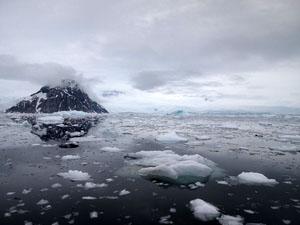 富士山のように美しい山が、流氷で埋め尽くされる南極の海面に反射