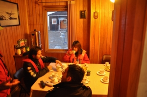 チリ南極基地の中でお茶をごちそうになる