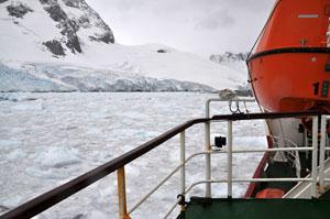 南極のルーメア海峡を氷河を砕きながら越えるAntarctic Dream号