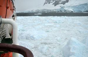 南極のルーメア海峡へ再び。朝よりも氷河がパワーアップしている