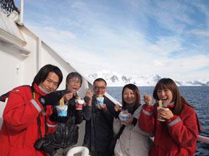 南極でみんなと一緒にカップヌードル