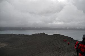 南極のDeception Islandの火山口の縁を登山