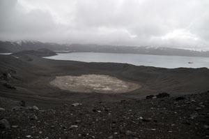 Deception Islandの火山口のてっぺんから南極の景色を見渡す