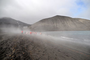 湯気の立ち込める南極のビーチ